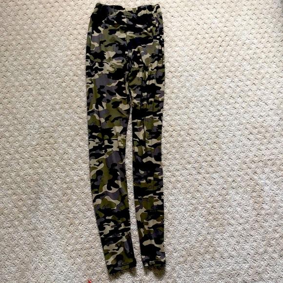 I'm selling camouflage leggings from Aeropostale.